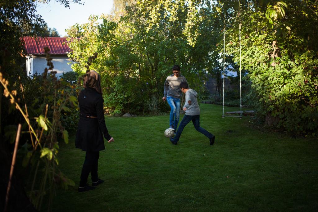 timo-stammberger-photography-fotografie-berlin-lageso-refugees-fluechtlinge-migration-soccer-garden-integration