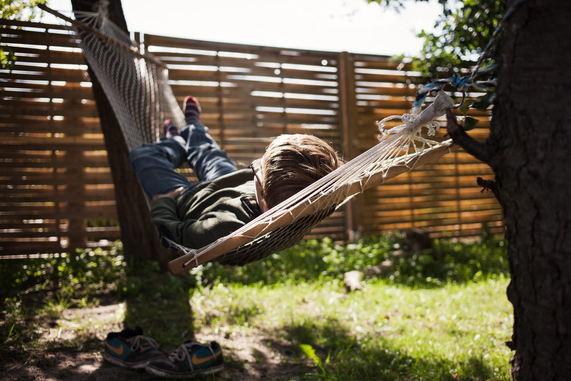 timo-stammberger-photography-fotografie-hammock-harmony-boy-relaxing-sunny-garden