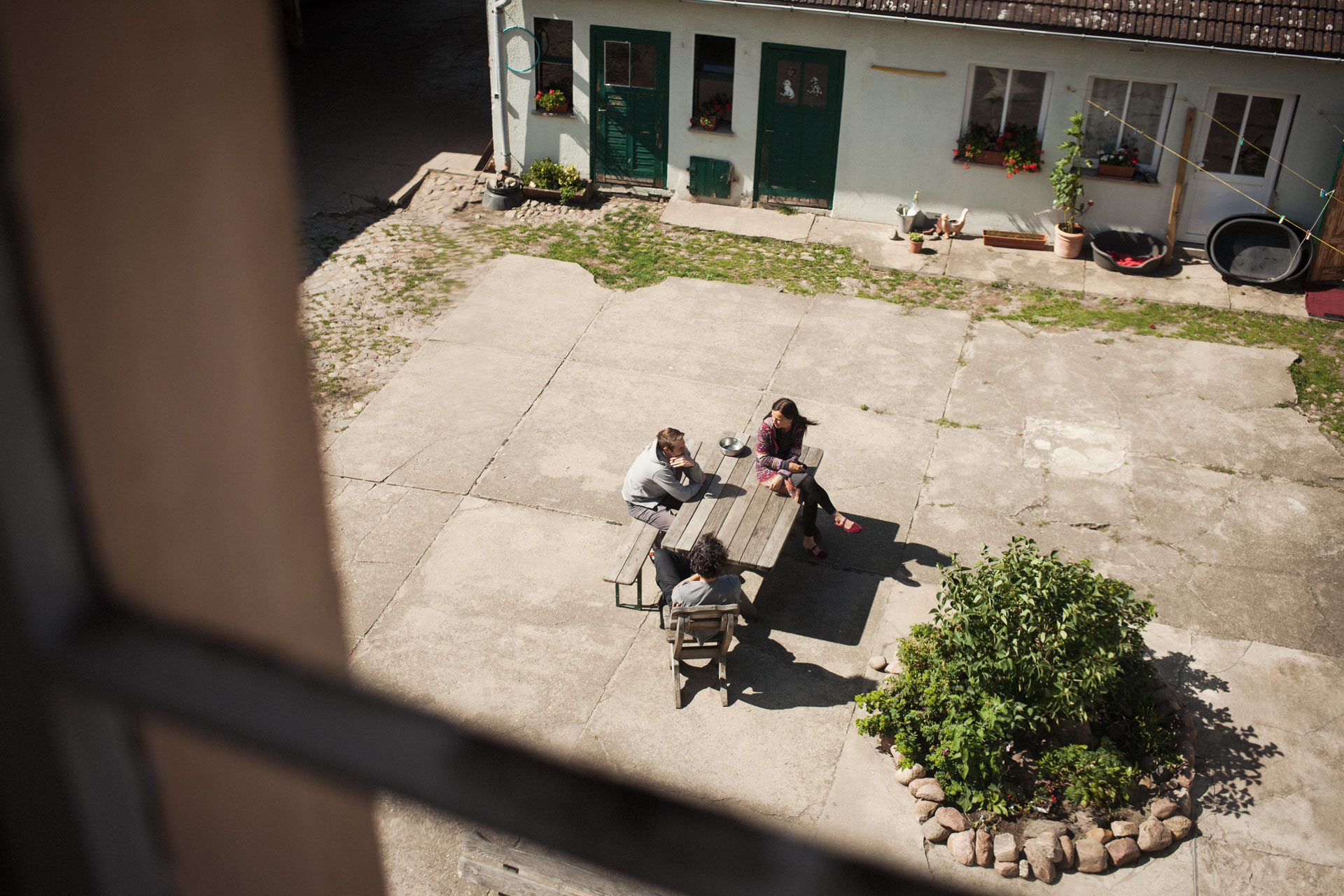 timo-stammberger-photography-fotografie-sunny-court-yard-communication-chatting