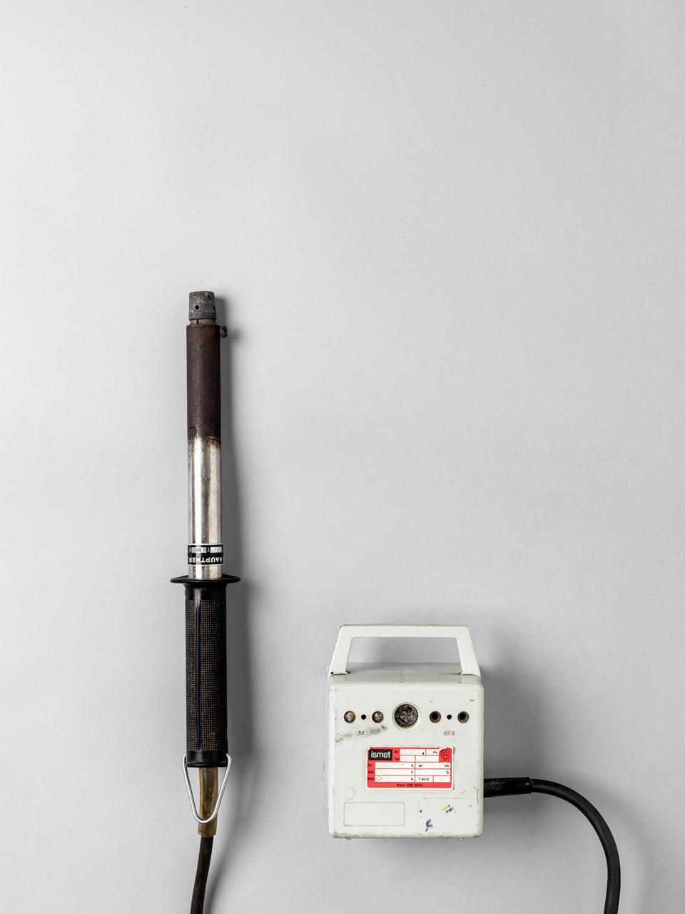 Enthornungsgerät  Der heiße Brennstab zerstört die Hornanlage. Er darf bei Kälbern unter sechs Wochen betäubungslos durchgeführt werden. Hornlose Rinder können in höheren Besatzdichten und engeren Stallstrukturen gehalten werden.
