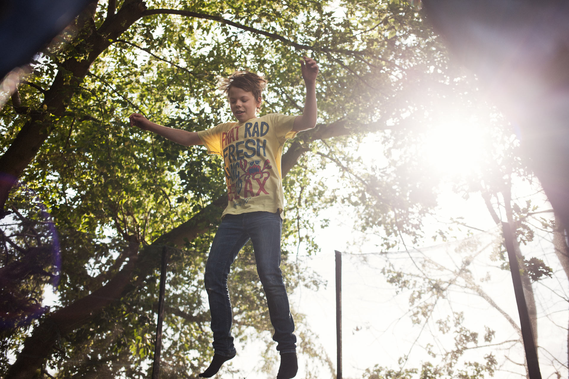 timo-stammberger-photography-fotografie-boy-sunny-trampoline-moment-backyard-happy