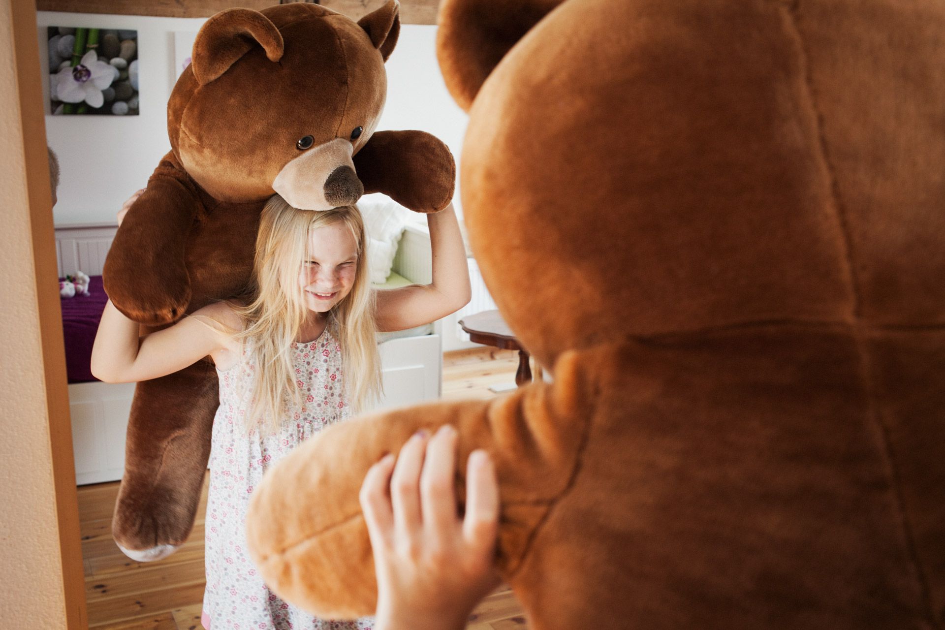 timo-stammberger-photography-fotografie-kids-playing-teddy-bear-happy-compassion