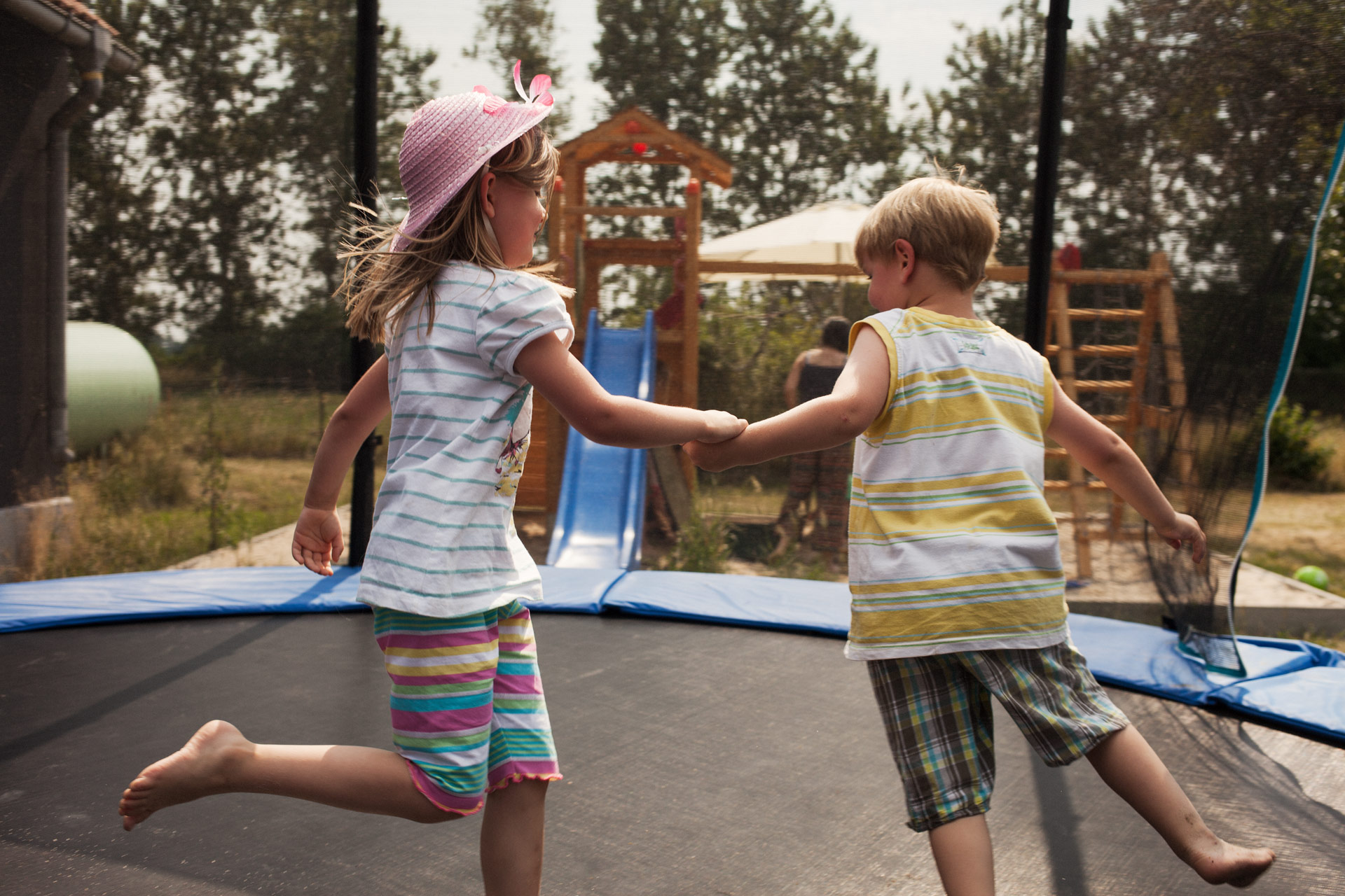 timo-stammberger-photography-fotografie-sunny-harmony-kinder-spielen-kids-playing-trampolin-happy-holding-hands